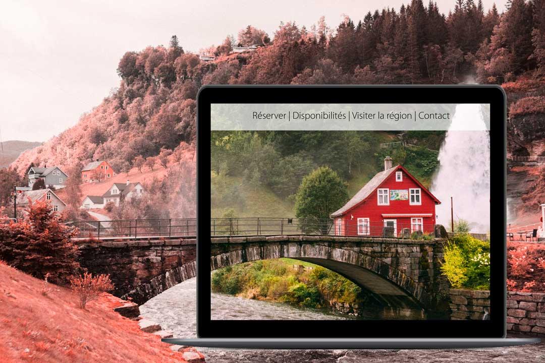 un maison rouge au bord d'un pont